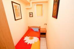 Спальня 3. Будванская ривьера, Черногория, Святой Стефан : 2-х этажный апартамент для 5-6 человек, 3 спальни, с большой гостиной и кухней
