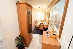 Коридор. Будванская ривьера, Черногория, Святой Стефан : 2-х этажный апартамент для 5-6 человек, 3 спальни, с большой гостиной и кухней