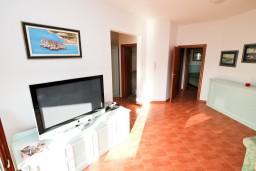 Гостиная. Будванская ривьера, Черногория, Каменово : Большой апартамент для 4-5 человек, 2 отдельные спальни, с балконом с видом на море