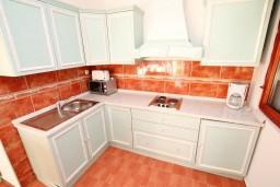 Кухня. Будванская ривьера, Черногория, Каменово : Большой апартамент для 4-5 человек, 2 отдельные спальни, с балконом с видом на море