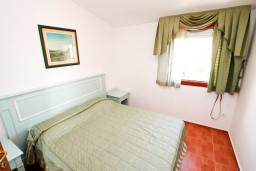 Спальня. Будванская ривьера, Черногория, Каменово : Большой апартамент для 4-5 человек, 2 отдельные спальни, с балконом с видом на море