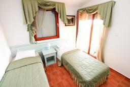 Спальня 2. Будванская ривьера, Черногория, Каменово : Большой апартамент для 4-5 человек, 2 отдельные спальни, с балконом с видом на море