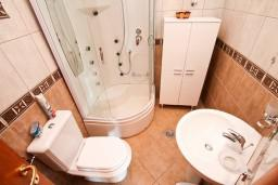 Ванная комната. Будванская ривьера, Черногория, Каменово : Большой апартамент для 4-5 человек, 2 отдельные спальни, с балконом с видом на море