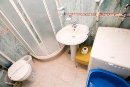 Ванная комната. Будванская ривьера, Черногория, Каменово : Апартамент с отдельной спальней в 300 метрах от моря