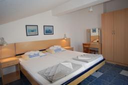 Спальня. Будванская ривьера, Черногория, Будва : Апартамент для 4-6 человек, 2 спальни, с террасой с видом на море