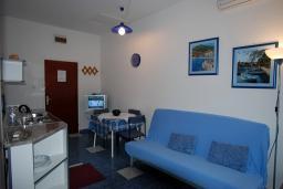 Гостиная. Будванская ривьера, Черногория, Будва : Апартамент для 4-6 человек, 2 спальни, с террасой с видом на море