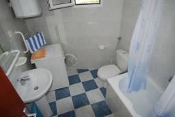 Ванная комната. Будванская ривьера, Черногория, Будва : Апартамент для 4-6 человек, 2 спальни, с террасой с видом на море