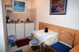 Кухня. Будванская ривьера, Черногория, Будва : Студия с террасой с видом на море