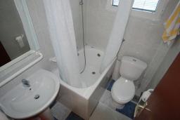 Ванная комната. Будванская ривьера, Черногория, Будва : Студия с террасой с видом на море