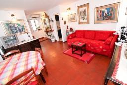 Гостиная. Будванская ривьера, Черногория, Будва : 2-х этажный люкс апартамент для 5-6 человек, 3 отдельные спальни, с балконом с видом на море