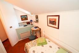 Спальня. Будванская ривьера, Черногория, Будва : 2-х этажный люкс апартамент для 5-6 человек, 3 отдельные спальни, с балконом с видом на море
