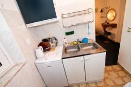 Кухня. Будванская ривьера, Черногория, Будва : Студия в Будве в 20 метрах от моря