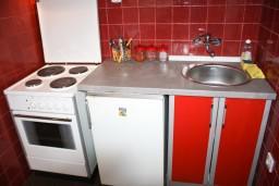Кухня. Будванская ривьера, Черногория, Будва : Апартамент для 6-8 человек, 3 отдельные спальни