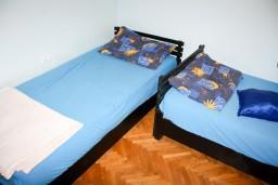 Спальня. Будванская ривьера, Черногория, Будва : Апартамент для 6-8 человек, 3 отдельные спальни