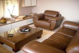 Гостиная. Будванская ривьера, Черногория, Будва : Апартамент для 4 человек, 2 отдельные спальни