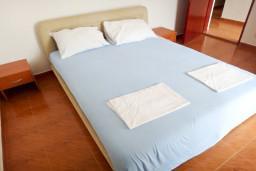 Спальня. Будванская ривьера, Черногория, Приевор : 2-х этажная вилла, 5 спален, кухня и ванная комната на каждом этаже, просторная гостиная, большая терраса