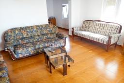 Гостиная. Будванская ривьера, Черногория, Приевор : 2-х этажная вилла, 5 спален, кухня и ванная комната на каждом этаже, просторная гостиная, большая терраса
