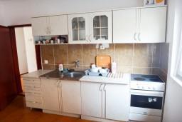 Кухня. Будванская ривьера, Черногория, Приевор : 2-х этажная вилла, 5 спален, кухня и ванная комната на каждом этаже, просторная гостиная, большая терраса