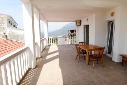 Терраса. Будванская ривьера, Черногория, Приевор : 2-х этажная вилла, 5 спален, кухня и ванная комната на каждом этаже, просторная гостиная, большая терраса