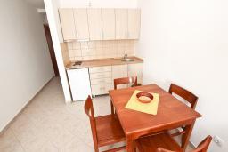 Кухня. Будванская ривьера, Черногория, Петровац : Апартамент для 8-10 человек, 3 отдельные спальни