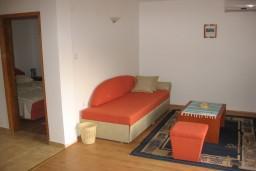 Гостиная. Бечичи, Черногория, Бечичи : Апартамент с отдельной спальней и террасой на вилле с бассейном