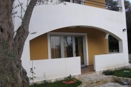 Вход. Бечичи, Черногория, Бечичи : Апартамент с отдельной спальней и террасой на вилле с бассейном
