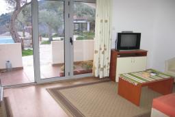 Гостиная. Бечичи, Черногория, Бечичи : Апартамент в Бечичи с отдельной спальней, приватным двориком и бассейном на территории