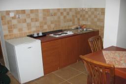 Кухня. Бечичи, Черногория, Бечичи : Апартамент в Бечичи с отдельной спальней, приватным двориком и бассейном на территории