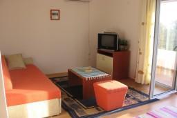 Гостиная. Бечичи, Черногория, Бечичи : Апартамент для 2-4 человек, с отдельной спальней