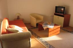 Гостиная. Бечичи, Черногория, Бечичи : Апартамент с отдельной спальней с террасой и приватным двориком на территории