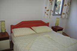 Спальня. Бечичи, Черногория, Бечичи : Апартамент с отдельной спальней с террасой и приватным двориком на территории