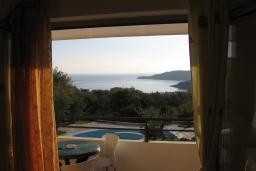 Вид на море. Бечичи, Черногория, Бечичи : Апартамент с отдельной спальней с террасой и приватным двориком на территории