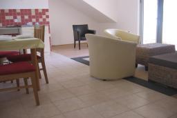 Гостиная. Бечичи, Черногория, Бечичи : Апартамент с отдельной спальней и террасой