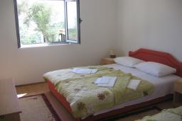 Спальня. Бечичи, Черногория, Бечичи : Апартамент с отдельной спальней и террасой