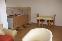Гостиная. Бечичи, Черногория, Бечичи : Апартамент с отдельной спальней с террасой, приватным двориком и бассейном на территории