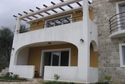 Фасад дома. Бечичи, Черногория, Бечичи : Апартамент с отдельной спальней с террасой, приватным двориком и бассейном на территории