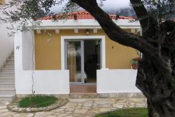 Вход. Бечичи, Черногория, Бечичи : Студия в Бечичи с приватным двориком