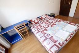 Спальня. Боко-Которская бухта, Черногория, Доброта : Апартамент с отдельной спальней, с балконом с шикарным видом на залив, на берегу моря