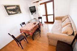 Гостиная. Боко-Которская бухта, Черногория, Доброта : Апартамент с отдельной спальней, с балконом с шикарным видом на залив, на берегу моря
