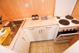 Кухня. Боко-Которская бухта, Черногория, Доброта : Апартамент с отдельной спальней, с балконом с шикарным видом на залив, на берегу моря