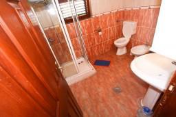 Ванная комната. Боко-Которская бухта, Черногория, Доброта : Апартамент с отдельной спальней, с балконом с шикарным видом на залив, на берегу моря