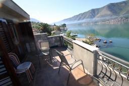 Балкон. Боко-Которская бухта, Черногория, Доброта : Апартамент с отдельной спальней, с балконом с шикарным видом на залив, на берегу моря