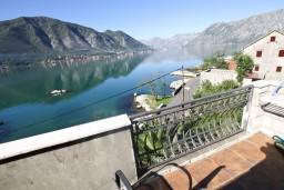 Вид на море. Боко-Которская бухта, Черногория, Доброта : Апартамент с отдельной спальней, с балконом с шикарным видом на залив, на берегу моря