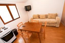 Гостиная. Боко-Которская бухта, Черногория, Доброта : Апартамент с отдельной спальней, на берегу моря