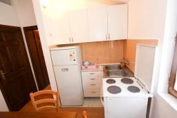 Кухня. Боко-Которская бухта, Черногория, Доброта : Апартамент с отдельной спальней, на берегу моря