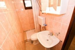 Ванная комната. Боко-Которская бухта, Черногория, Доброта : Апартамент с отдельной спальней, на берегу моря