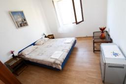 Спальня. Боко-Которская бухта, Черногория, Доброта : Апартамент с отдельной спальней, на берегу моря