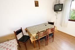 Обеденная зона. Боко-Которская бухта, Черногория, Доброта : Апартамент с отдельной спальней, на берегу моря