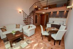 Гостиная. Боко-Которская бухта, Черногория, Доброта : 2-х этажный апартамент с балконом с шикарным видом на залив, 30 метров до моря