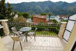 Балкон. Боко-Которская бухта, Черногория, Доброта : 2-х этажный апартамент с балконом с шикарным видом на залив, 30 метров до моря